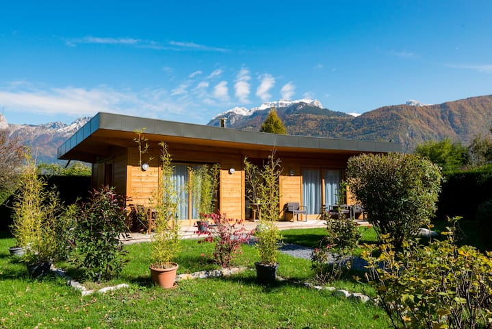 House at the edge of Lake Annecy  - Lathuile - Chatka w górach