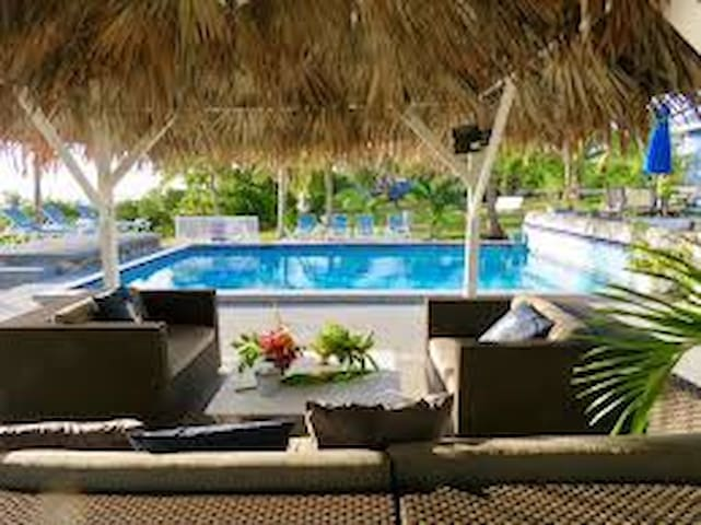 Beautiful Beach Cottage Pool side -Hummingbird