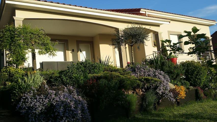 Maison des amis - Vernaison - Hus