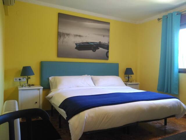 Habitación 4 (doble con cama matrimonial de 180cms) Room 4 (double room with 180cms king-size bed)