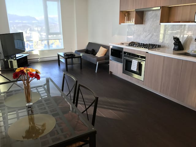 Modern 2BDR Brand New City & Mountain View 35floor - Surrey - Daire
