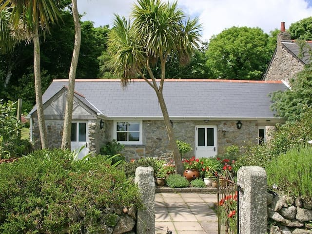 DOVECOTE, with a garden in Helston, Ref 959288