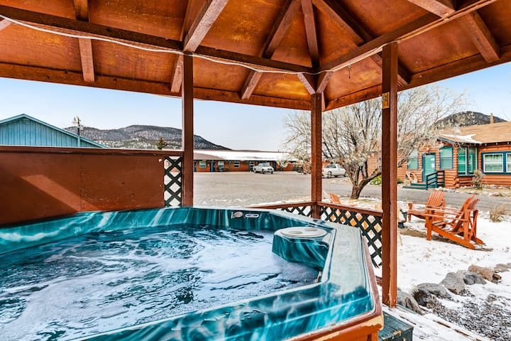 Cozy, dog-friendly log cabin w/ shared hot tub - close to skiing & hiking