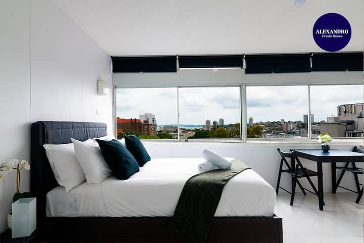 VIEWS TO DIE FOR // STUDIO RUSHCUTTERS BAY // FREE PARKING