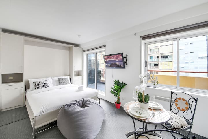 A Convenient CBD Penthouse Studio Near Crown 131