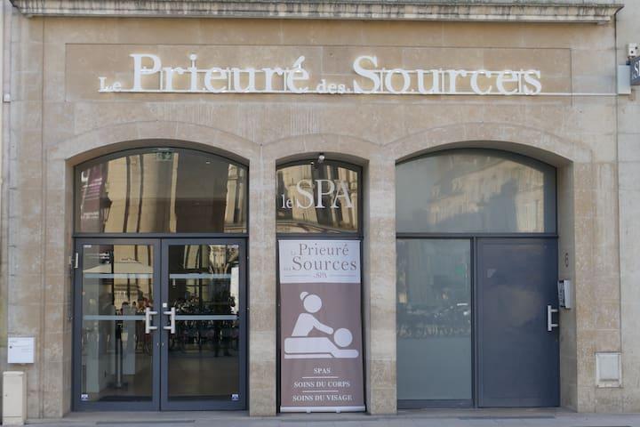 """L'entrée de l'immeuble à droite - A gauche le SPA """"Le Prieuré des Sources"""""""