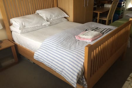 Loft room with double bed and great connections - Teddington