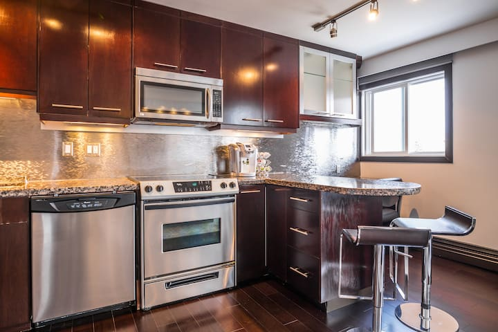 Quiet comfy modern condo with downtown views! - Calgary - Apartemen