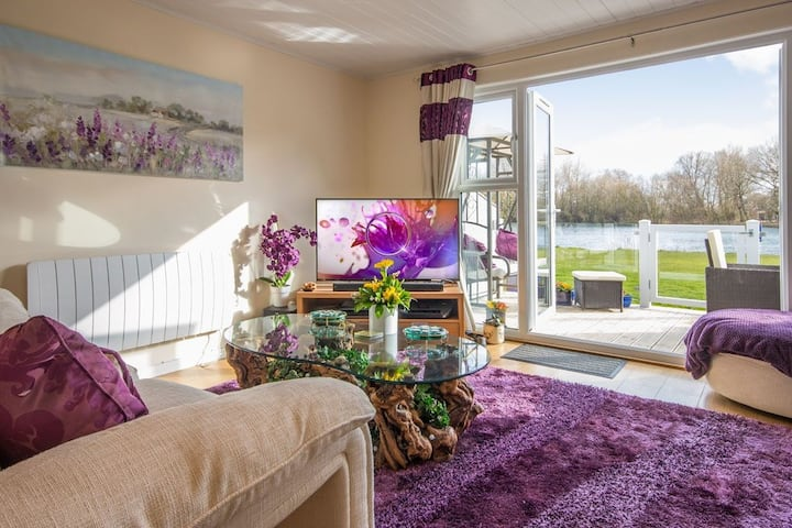 Kingfisher Lodge on the Cotswold Waterparks