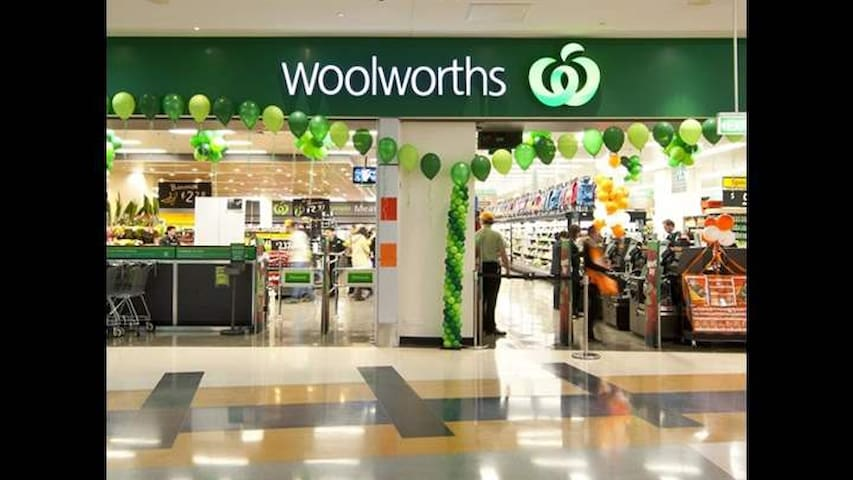 7 mins drive to Woolworths Penrith