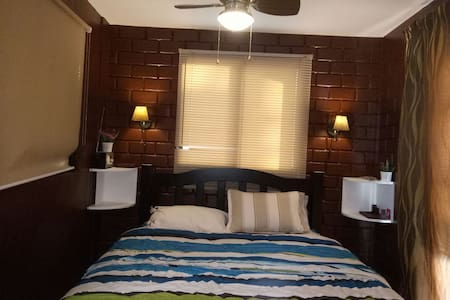 Entire guest house. 2bedrooms w/ Wi-Fi & kitchen