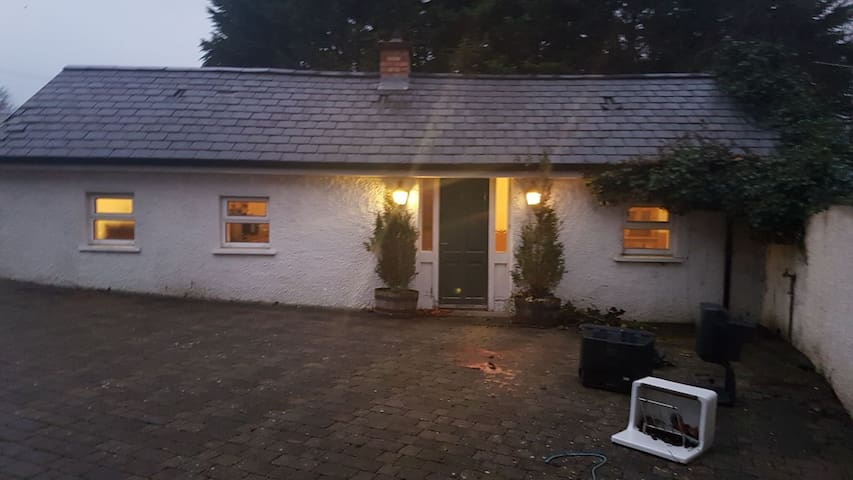 Secure private cottage 10 minutes from the city
