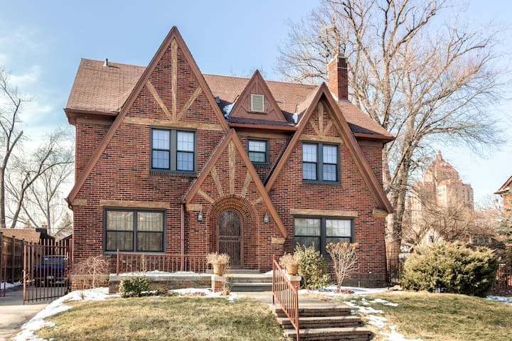 Prestigious Living Downtown Detroit! Entire Home