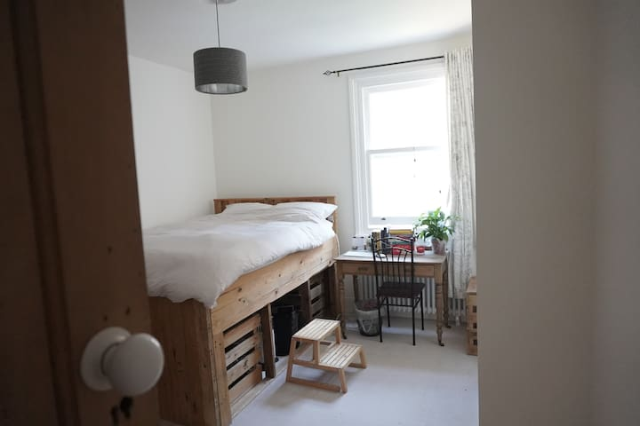 Newly decorated double room in Victorian house!