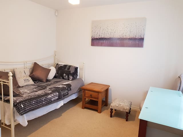 Single Room close to Town Centre and Goodwood