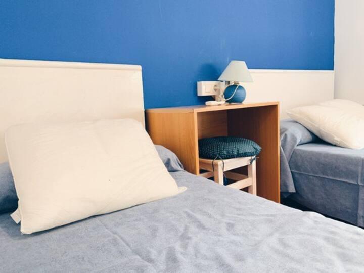 Habitació triple en hostal tranquil a Portbou