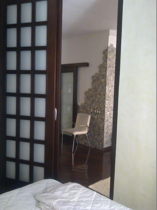 Витражи из натурального дерева,натуральный камень на стенах, кожаные стулья