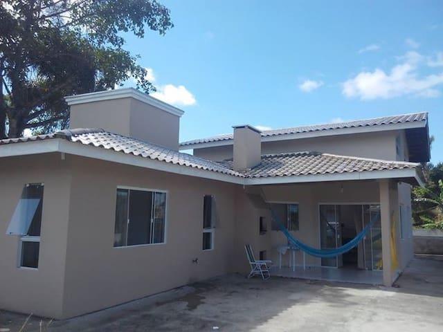 Linda casa em Itapoá a apenas 300 metros do mar - Itapoá - บ้าน