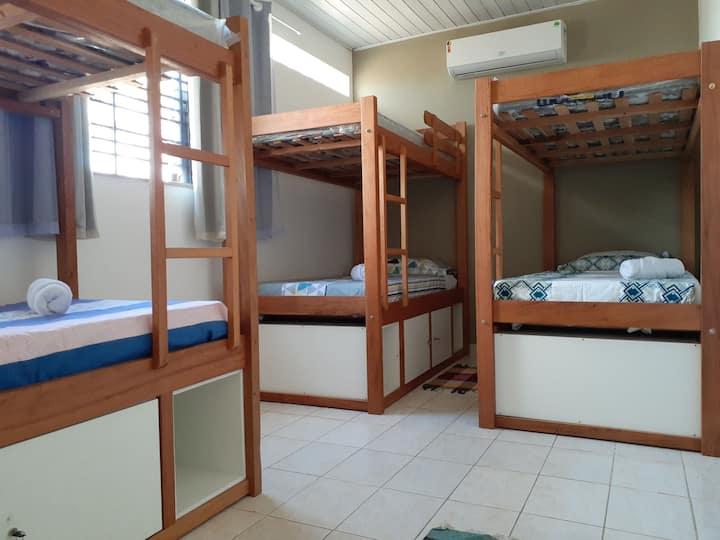 Cama em quarto  compartilhado acomoda só 1 pessoa.