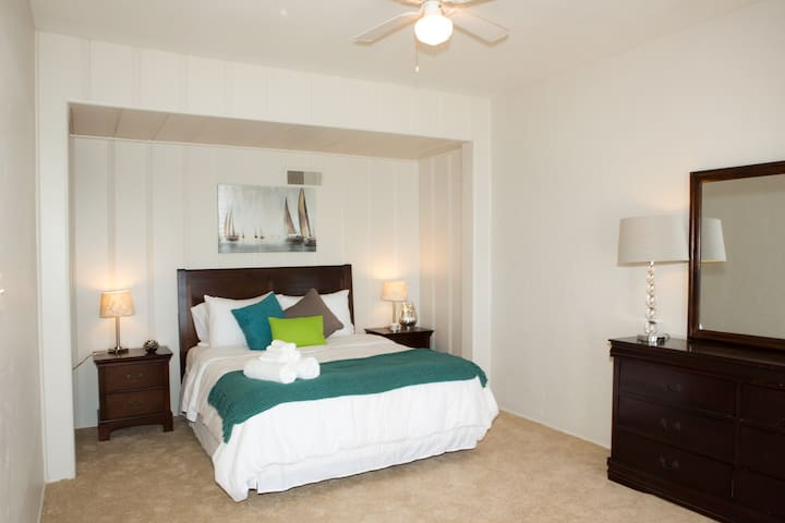 Perfect retreat for 3 guests with 1 queen size bed and 1 futon