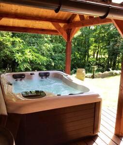 Luxueus huisje in bosrijke omgeving met jacuzzi