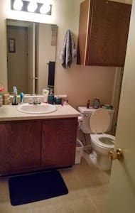 Clean and private bedroom and full bath - Wichita - Apartment
