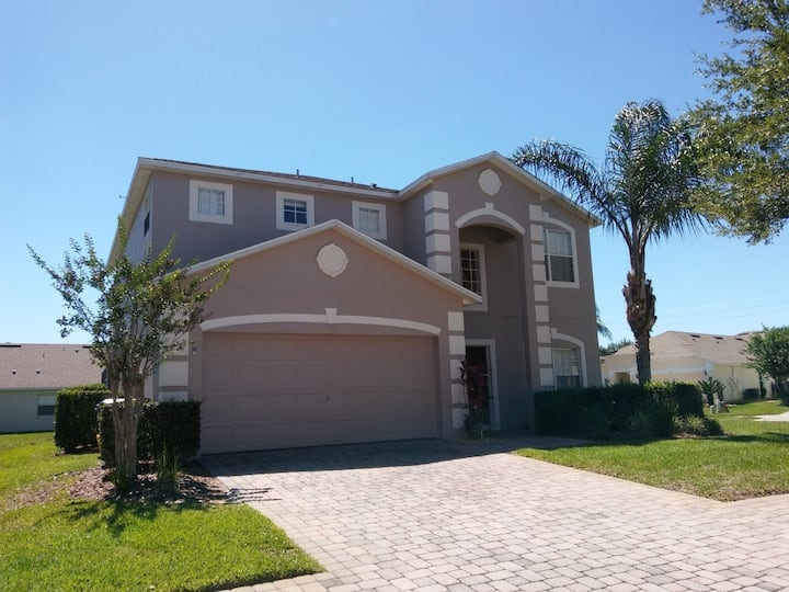 Stylish 4 bed pool home, 2 king suites, games room