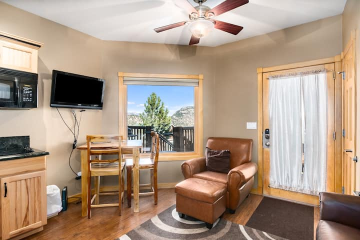 Baker Mountain 29C - 1 Br condo with jetted bathtub, Marys Lake and mountain views!