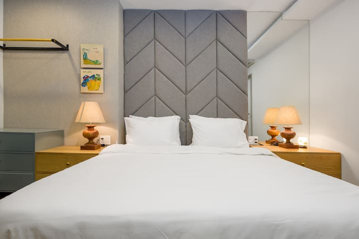 King size bed with clean and soft mattress as 5 stars hotel