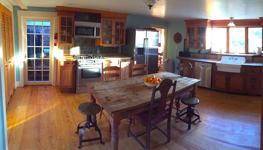 Martha's Vineyard 3 bdrm farmhouse new to Airbnb