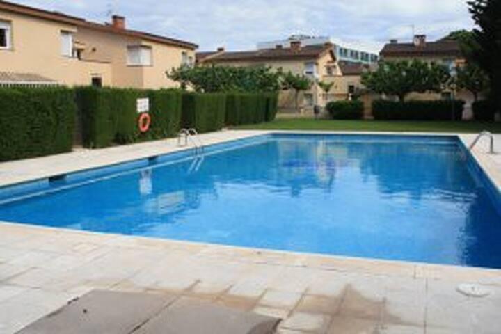 Casa adosada con tres dormitor ios, jardin y piscina comunitaria