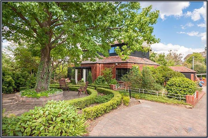 Classic Canberra Home - Deakin - Rumah