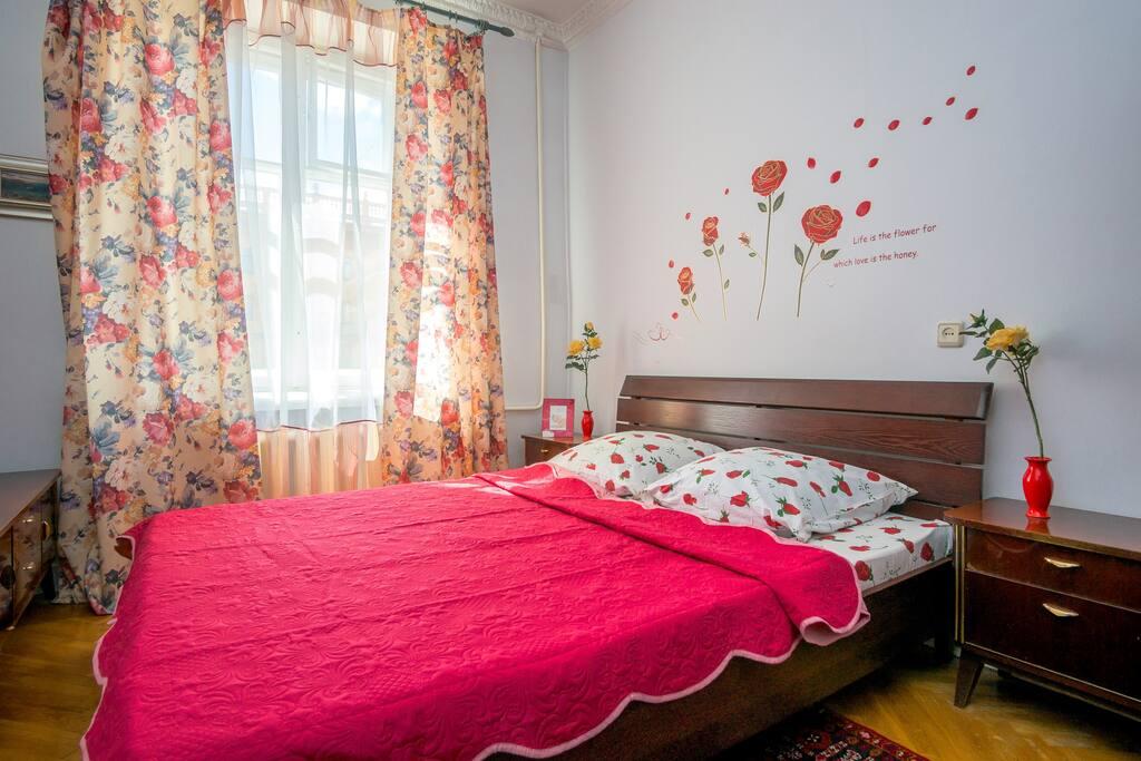 Тёплая и уютная спальня. На полу ковёр ручной работы, ступая по нему каждый почувствует себя королём или королевой. Удобная кровать с ортопедическим матрасом 160*200