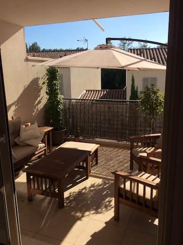 Location appartement  dans magnifique village - Grans - Leilighet