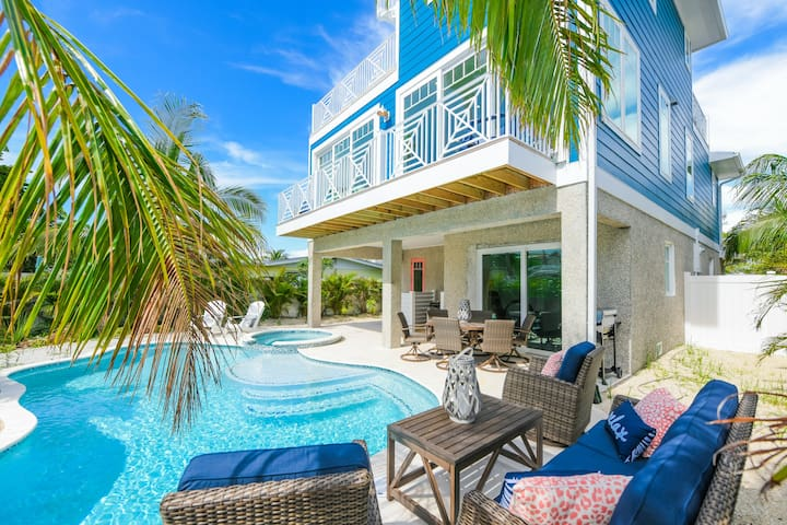 Coastal Queen - Vacation like Royalty! Luxury 5 bd home, pool, spa, great location!