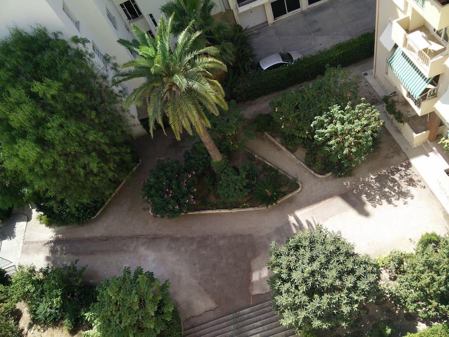 Vue sur un petit parc depuis le balcon et une des chambres :)