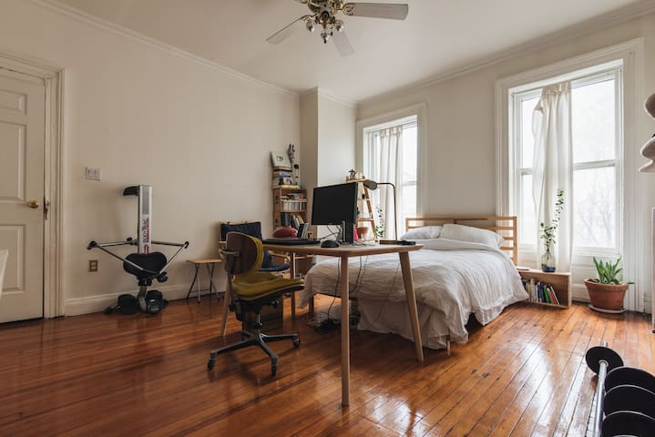 Large Room in Brooklyn Townhouse, Great Location