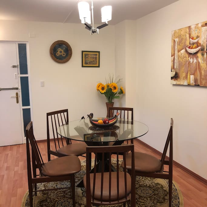 Dining room for 5 people Mesa de comedor para 5 personas