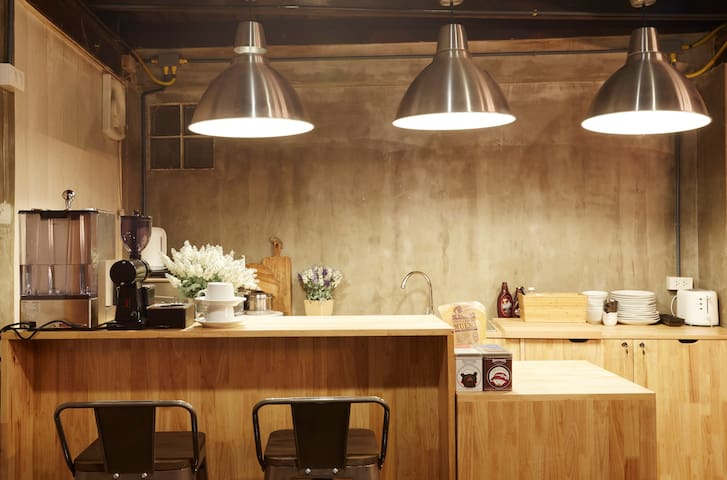 The Local Surasak Hostel 6 persons - 방콕 - 단독주택