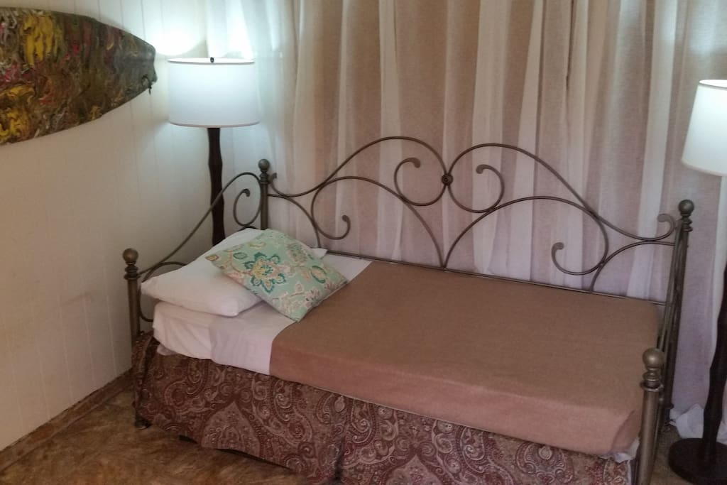 Comfy single room on 1st floor in uptown Hilo.  1 mile to the airport.
