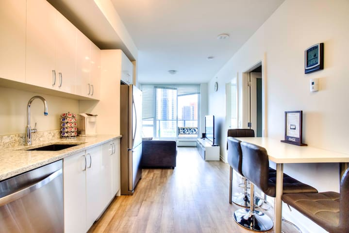 2 bedroom condo 7min walking to Stampede ground