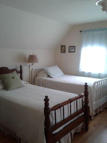 2bdrm & pvt bath/entrance sleeps 4, 1/queen 2/twin
