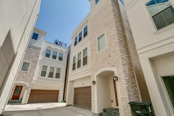 Sublease: Private Master Bedroom. Heights Townhome