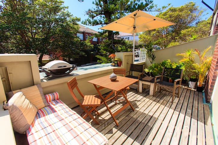 Sun-filled Art Deco Beach pad in heart of Manly!