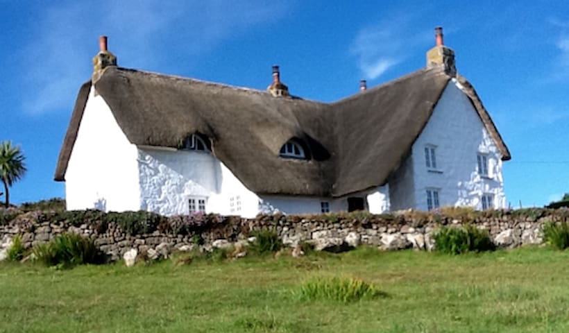 Thatched Cornish farmhouse by the sea, sleeps 8.