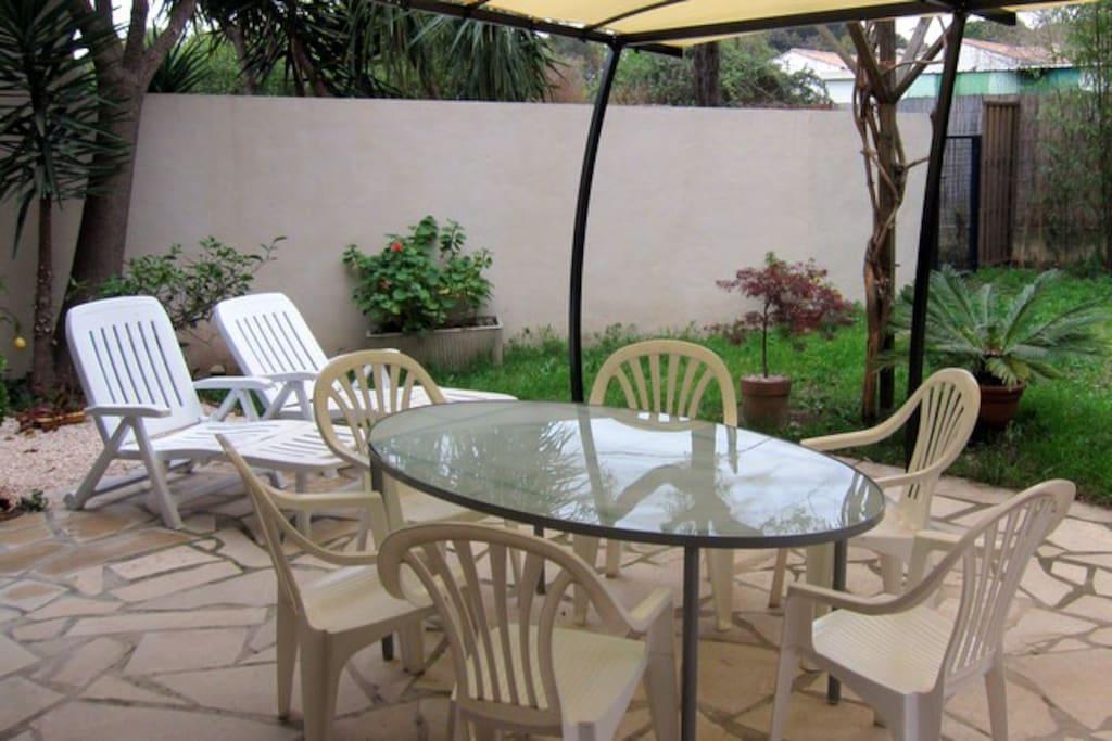 La terrasse ombragée et le jardin privé méditerranéen