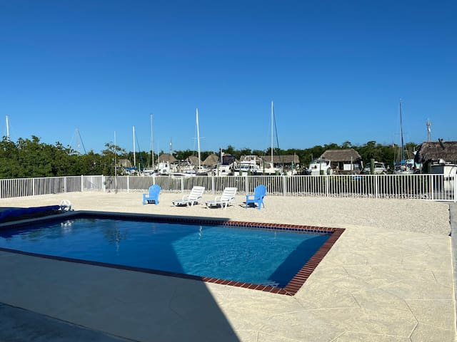 Renovated 2/2 w/pool, 50' dock & .5 mile to beach
