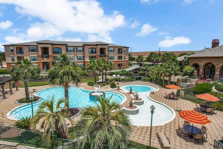 Resort-style Pool Apt w/ modern gym, hip location