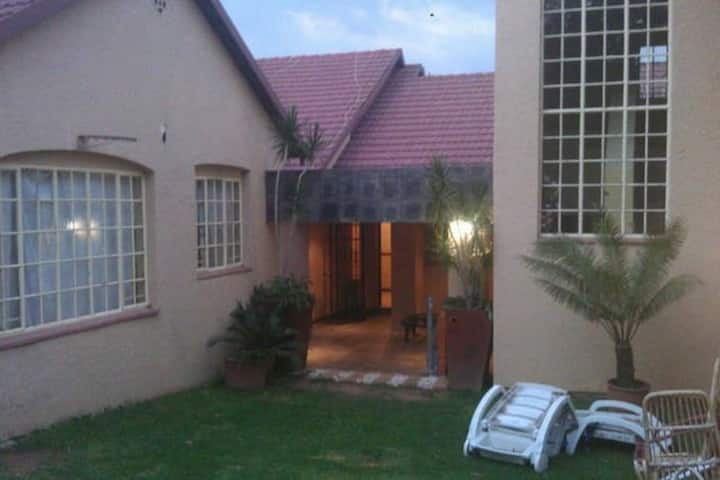 Minutes from Sandton CBD, fibre wifi, cozy room#