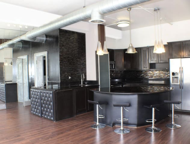 NY Style Upscale Unit Downtown 20% Disc  LONG TERM